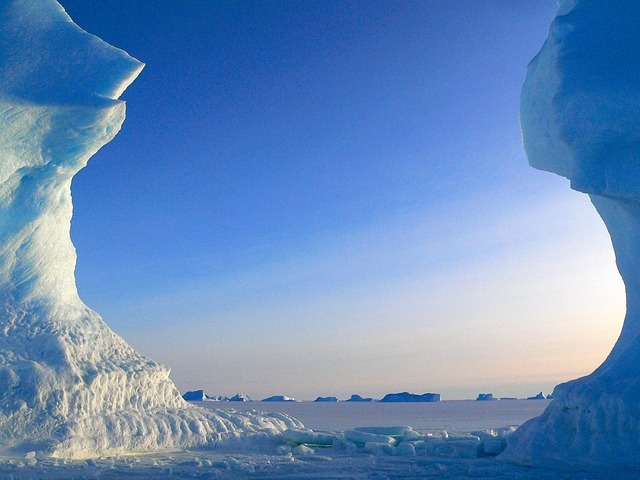 icebergs-429132_640.jpg