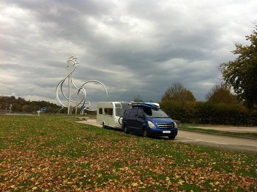 Van_pulling_caravan